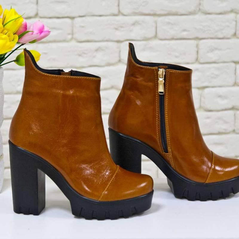 Эффектные ботинки коньячного оттенка для пьяняще-ярких образов.