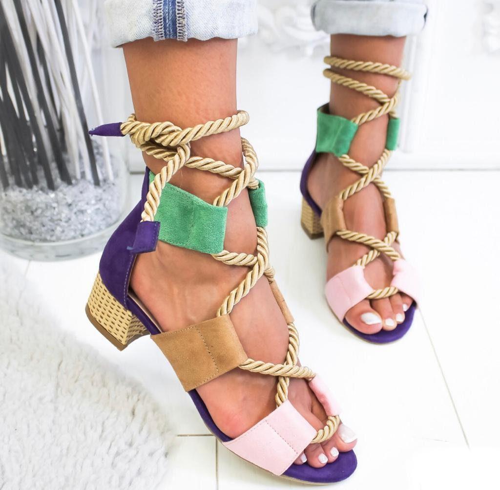 Модная новинка сезона - разноцветные босоножки с плетением.