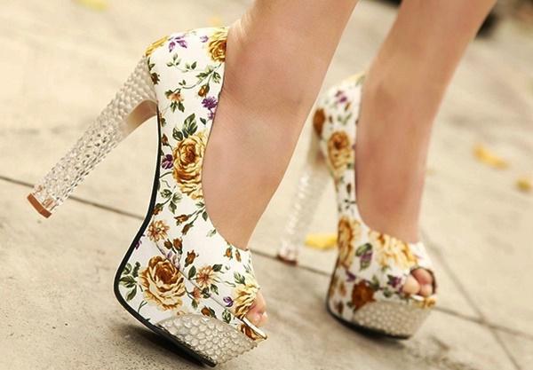 Цветочные мотивы в дамских туфельках актуальны как никогда.