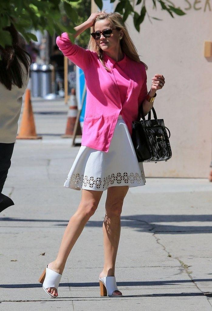 Обувь с открытым носком красиво дополняет легкие платья.