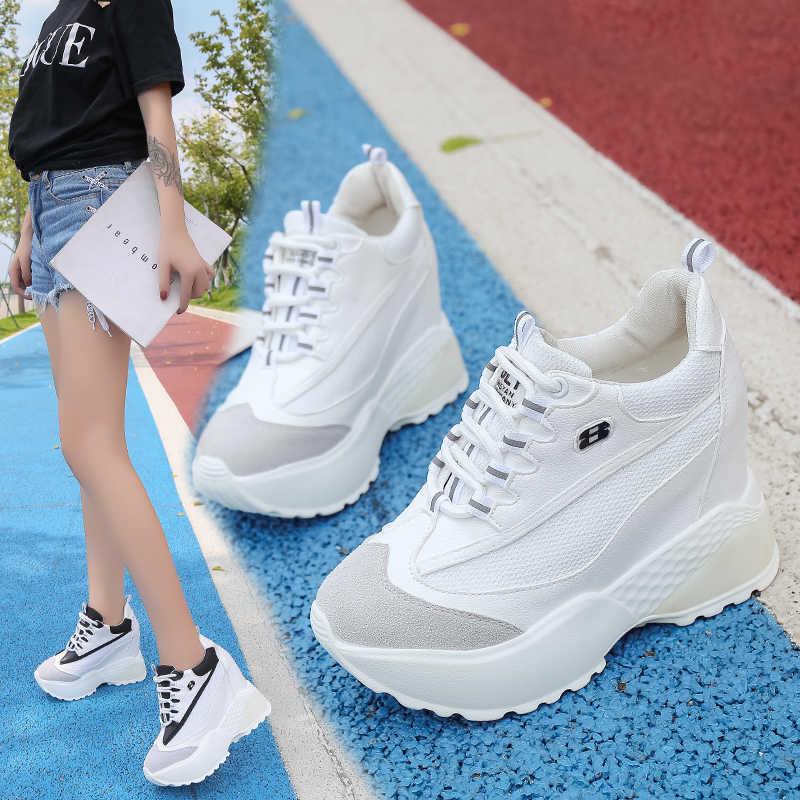 Кроссовки на высокой платформе идеально подходят под летние шорты.