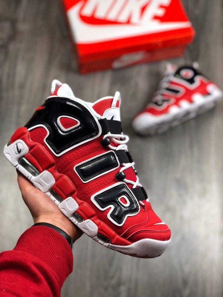 Красные кроссовки - модная фишка лета.
