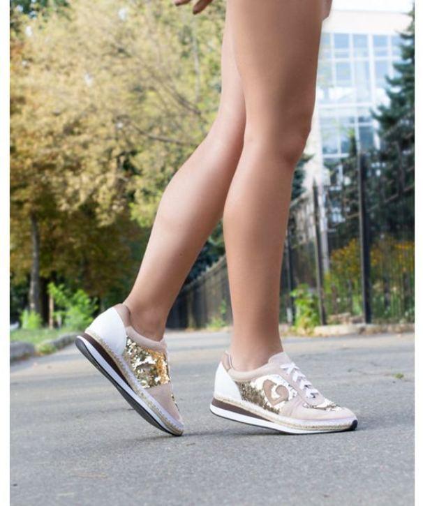 Нюдовые кроссовки с пайетками сочетают два модных тренда сезона.