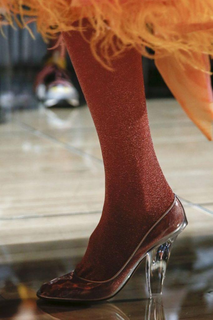 Прозрачный каблук, или полностью прозрачные туфли - трендовое решение для модниц.