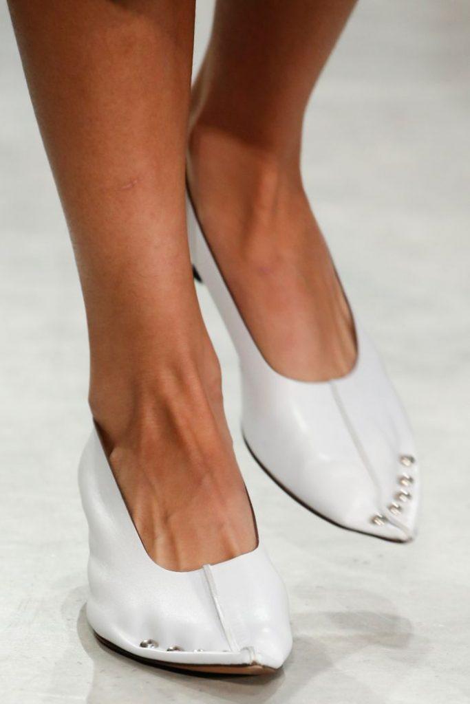 Необычные остроносые туфельки для модных луков.