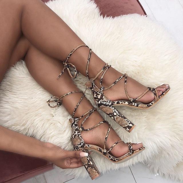 Завязки и змеиный принт - эффектное сочетание для хищных образов смелой женщины.