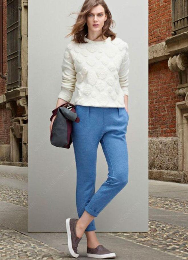Яркие расцветки брюк уравновешиваются классикой