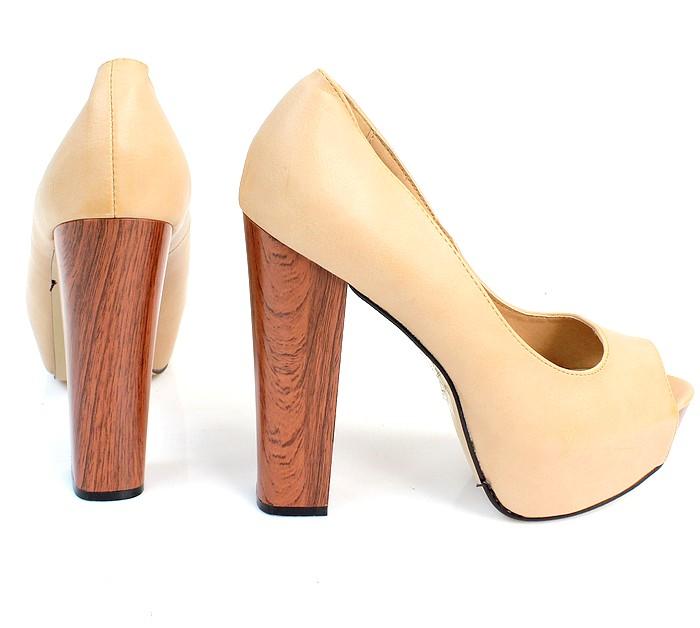 Деревянный каблук становится не только удачным декором, но и функциональным элементом, придавая устойчивость