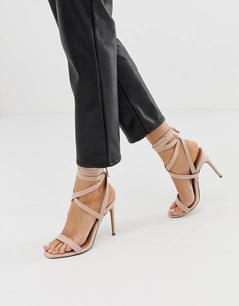 Эта открытая моделька удобна тем, что есть множество ремешков, которые плотно удерживают ногу и не препятствуют вентиляции