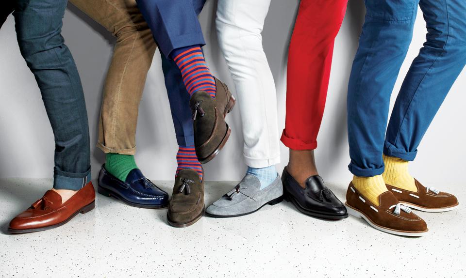 Яркие носки могут стать акцентом в неформальном образе