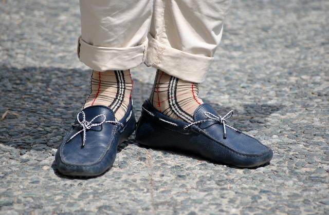 К этому варианту уже много вопросов, поскольку носки здесь слишком привлекают внимание