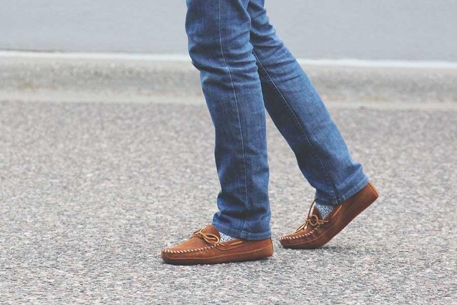 Здесь благодаря длинным джинсам носки не становятся акцентом