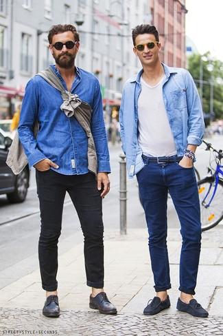 Джинсы и темные брюки остаются актуальными вариантами для комбинации с мокасинами