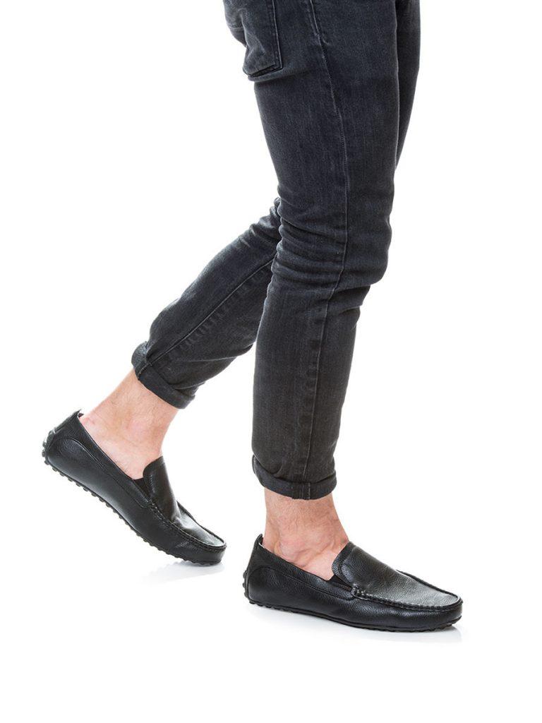 Для образа выбраны черные кожаные мокасины