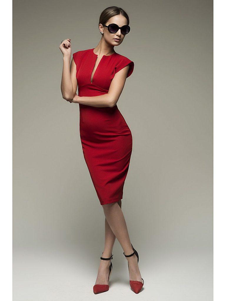 Красное миди и босоножки на шпильке - идеальное сочетание для элегантного лука.