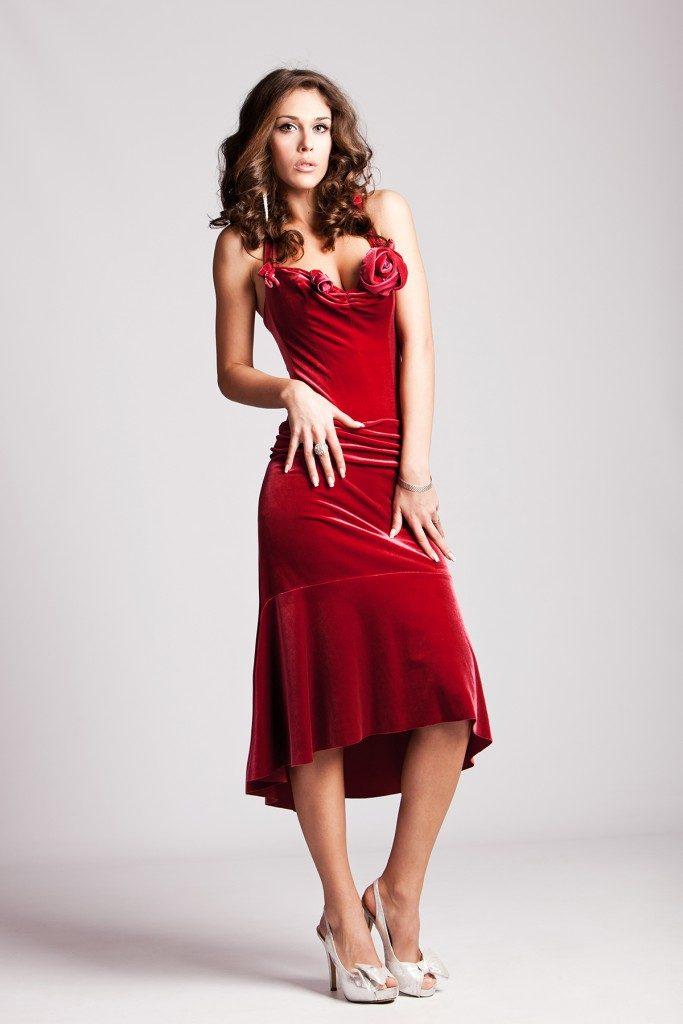 Светлые босоножки отлично дополнят винно-красное платье миди.