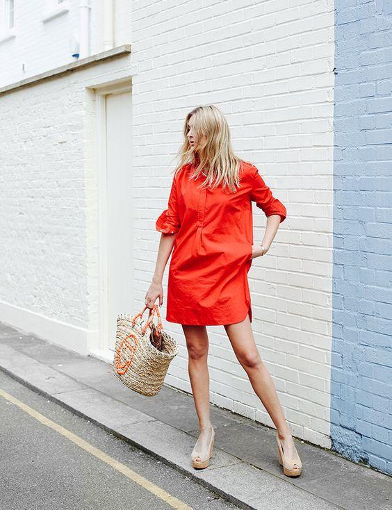 Босоножки на танкетке отлично смотрятся с летним красным платьем.