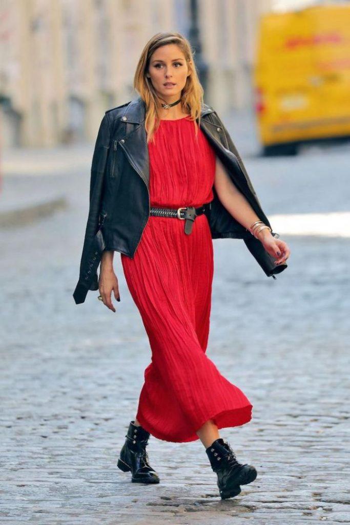 Эффектный контраст: легкое платье и массивные ботинки.