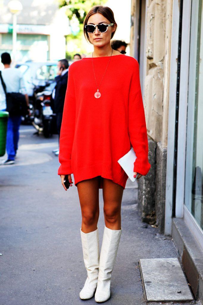 Удачное осеннее сочетание красного платья и белых сапог без каблука.