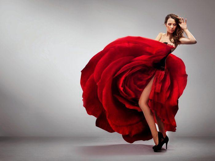 Красное платье макси и черные туфли - всегда актуальное сочетание.