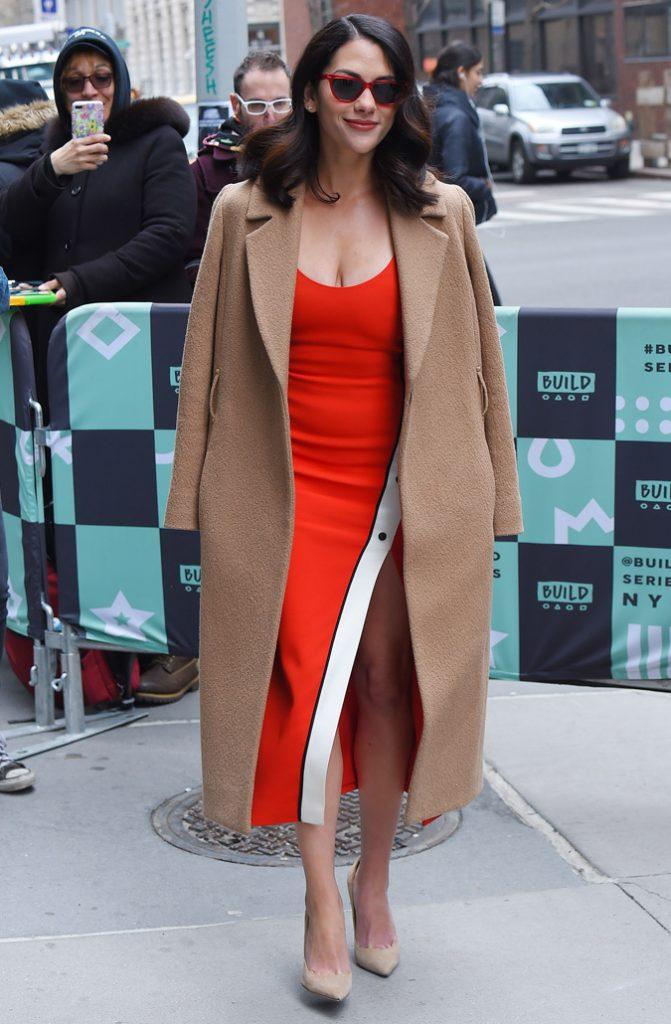 Нюдовые лодочки идеально дополняют красное платье.