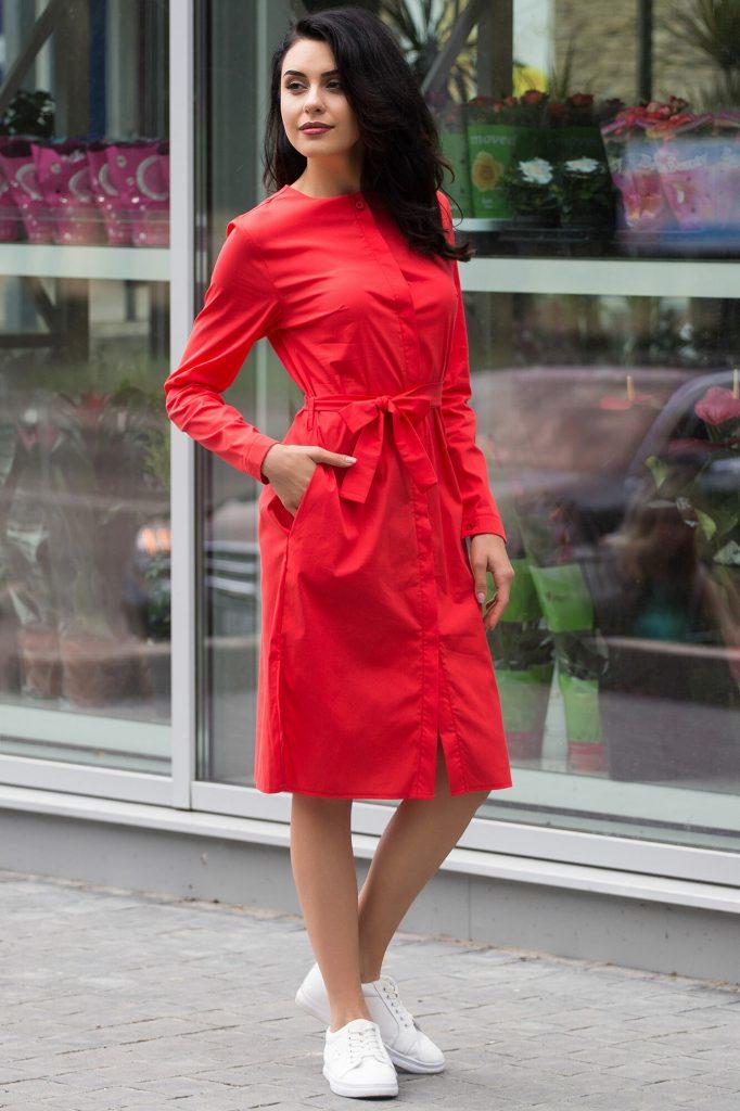Красное платье и традиционные кеды составляют отличный городской лук.