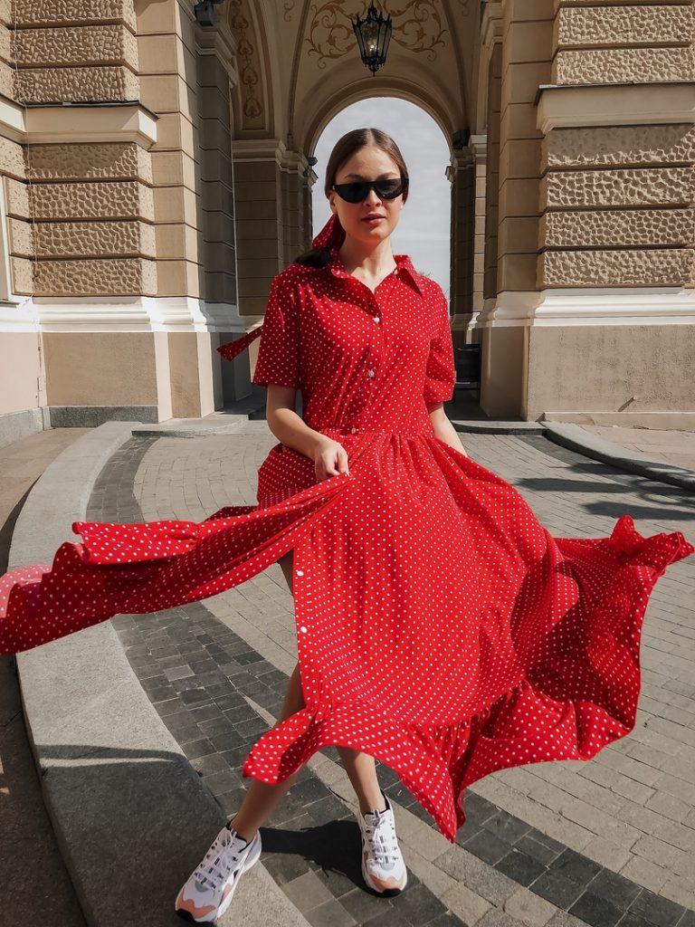 Легкое платье и светлые кроссовки просто созданы для лета.