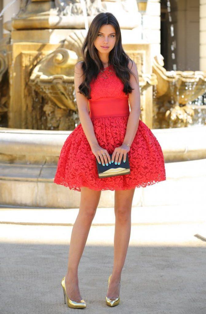 Красное платье и золотые туфельки просто созданы друг для друга.