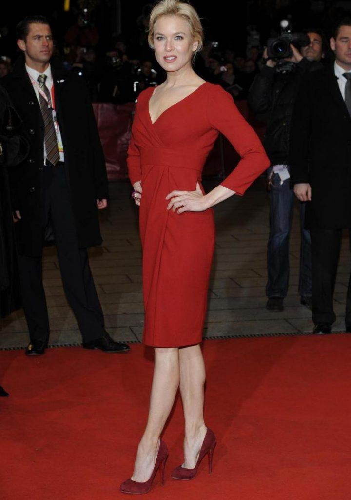 Для изысканно-благородного образа красное платье лучше дополнить туфлями цвета бордо.