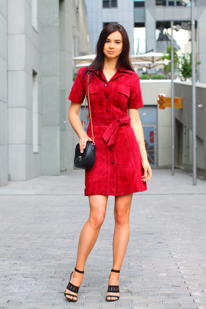 Черные босоножки идеально дополняют образ с красным платьем.