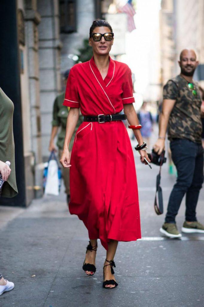 Черные босоножки с красным платьем - это залог притягательности лука.