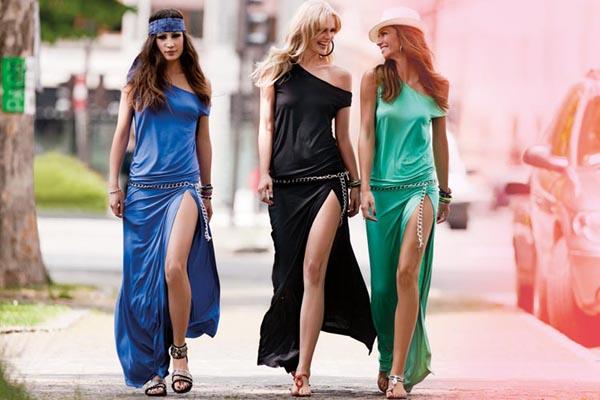 Изящные платья-макси с босоножками на плоском ходу.