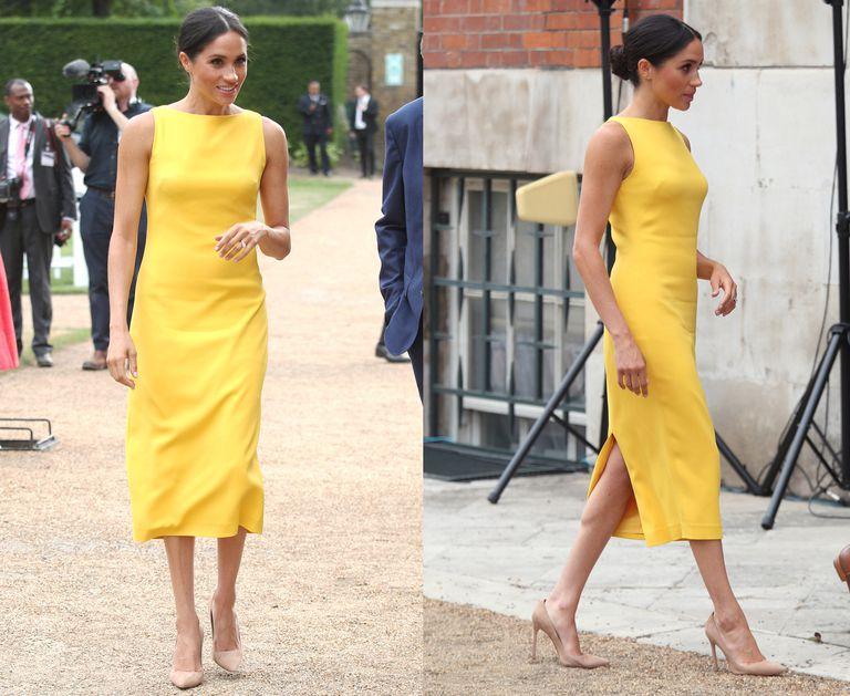 Желтое платье-карандаш хорошо смотрится с нейтральными бежевыми лодочками.