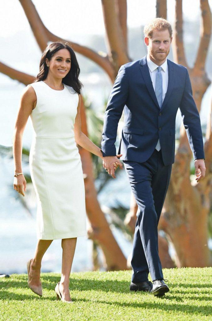 Королевский образ: белое платье-карандаш и бежевые лодочки.