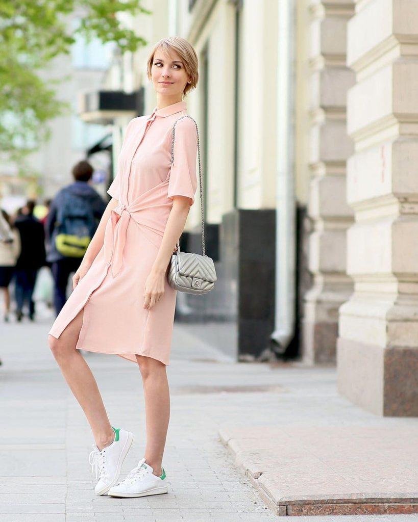 Нежный оттенок платья с кедами смотрится идеально.