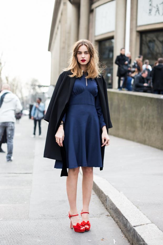 Идеальное летнее сочетание: синее платье и красные туфли.