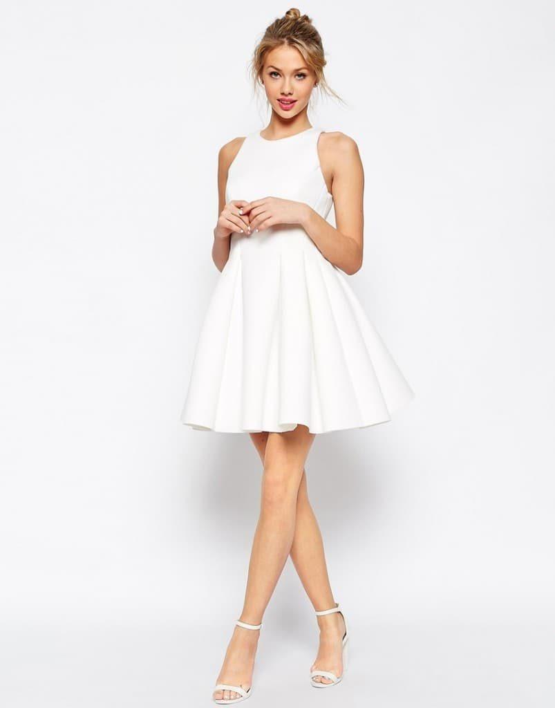 Летящее короткое платье с босоножками на каблуке придает луку женственности.