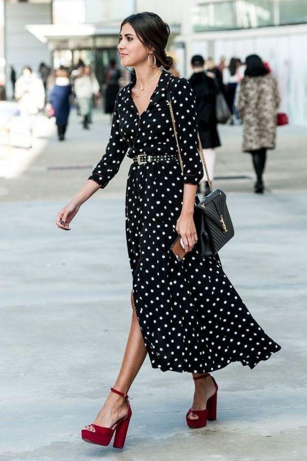 Яркие босоножки отлично оттеняют черно-белое платье.