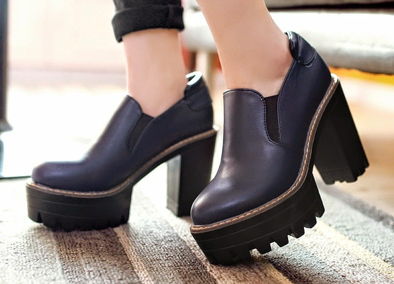 Классические черные туфли с контрастной строчкой смотрятся особенно привлекательно.