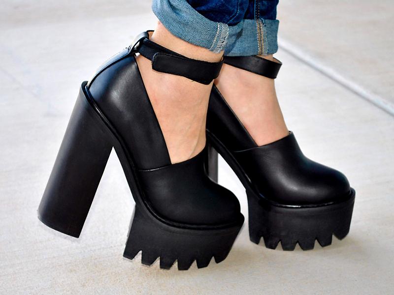 Туфельки с ремешками и толстым каблуком подчеркнут женственность.