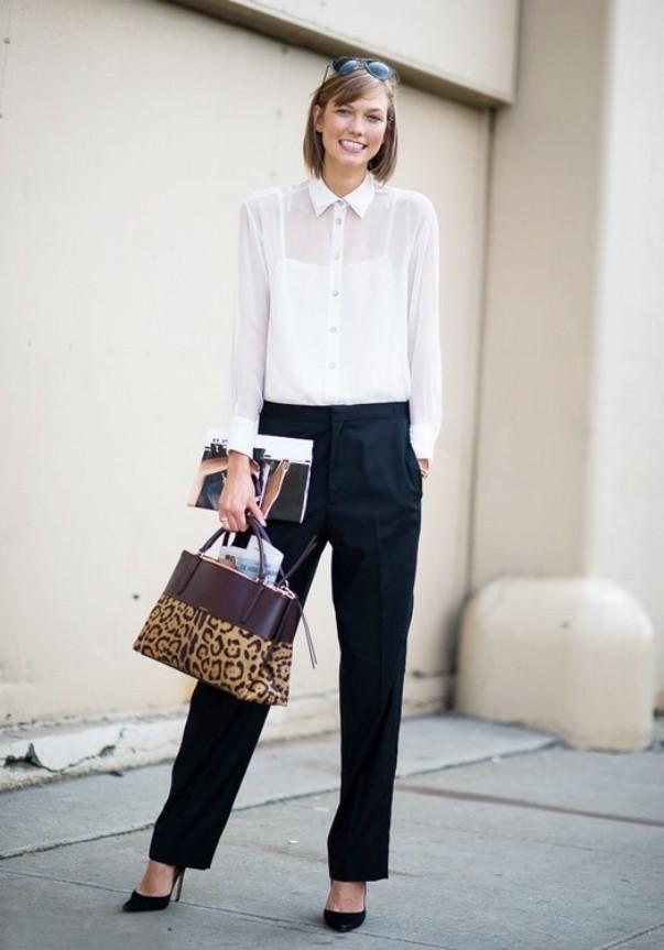 Черные брюки и черные туфли - беспроигрышное сочетание.