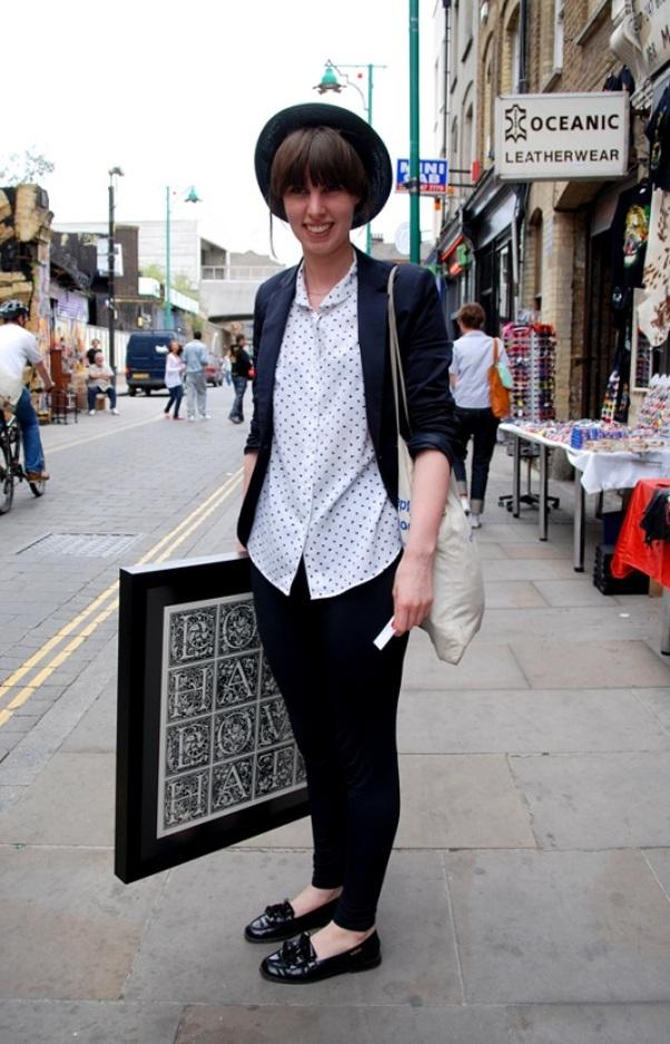 Лоферы - идеальная пара к черным брюкам для прогулочного лука.