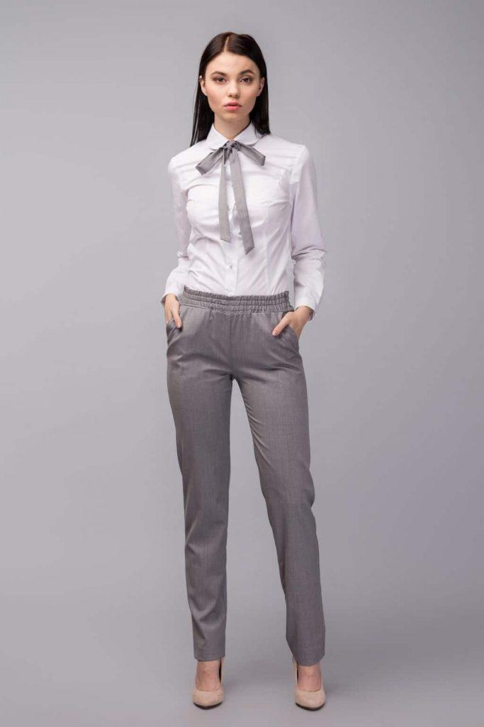 Серые брюки и лодочки нюд - идеальное в своей элегантности сочетание.