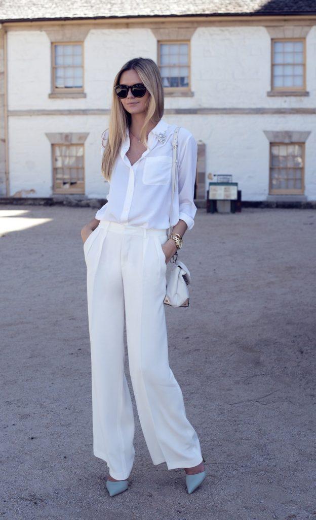Пастельные туфельки серо-голубого оттенка прекрасно дополняют белые брюки.