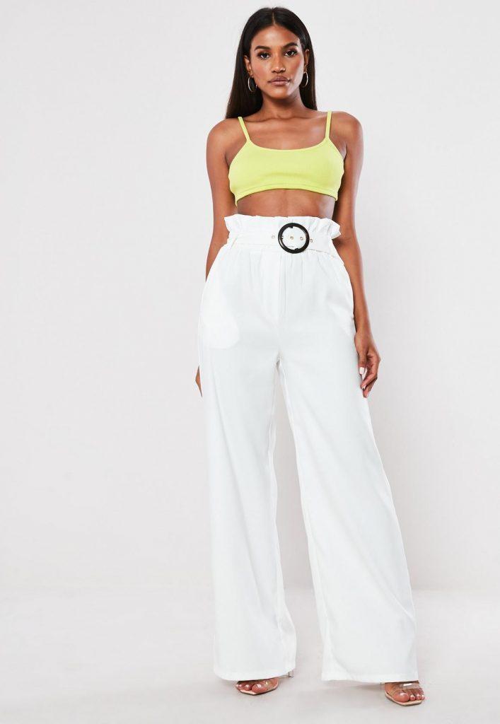 Белые брюки отлично смотрятся с прозрачными босоножками на каблуке.