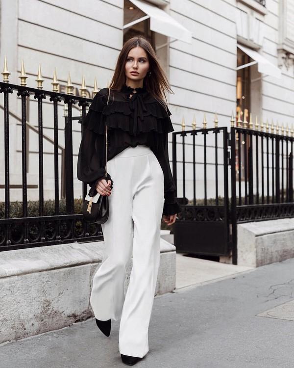 Идеальный контраст: черные туфли и белые широкие брюки.