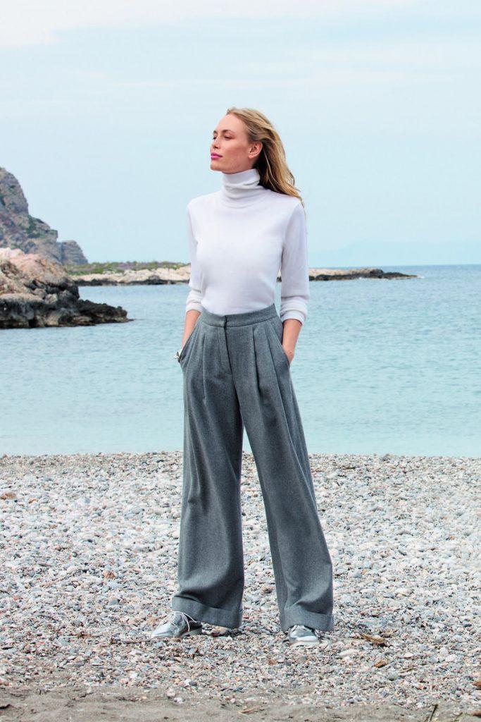 Удачное сочетание широких брюк и кроссовок.