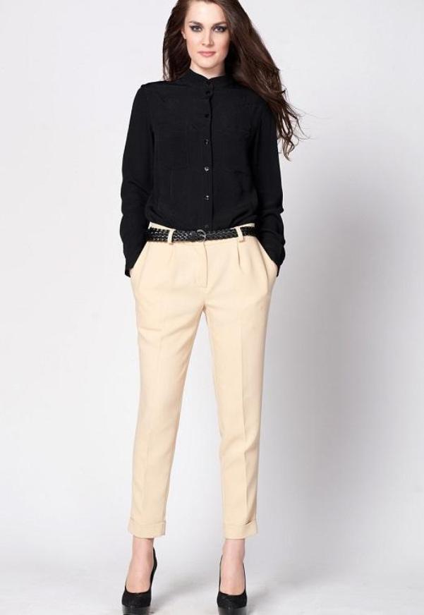 Классический образ с укороченными брюками и черными туфлями.