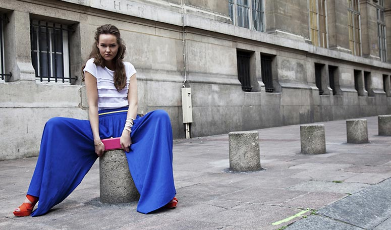Для смелых образов синие штаны можно сочетать с ярко-красной обувью.