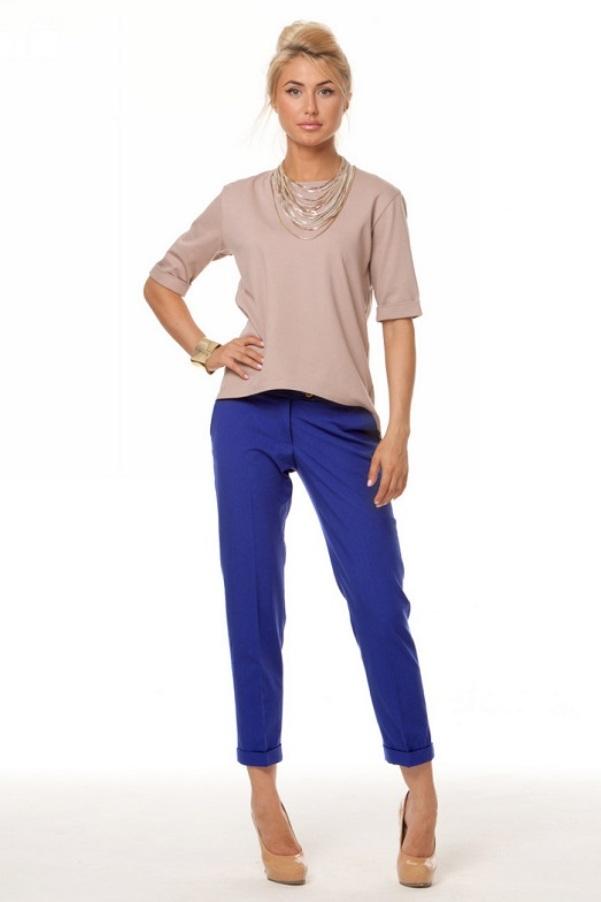 Синие брюки и нюдовая обувь - это классика жанра.